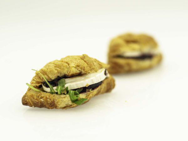 Mini croissant z grillowanym burakiem, rukola, ser kozi, sos balsamico